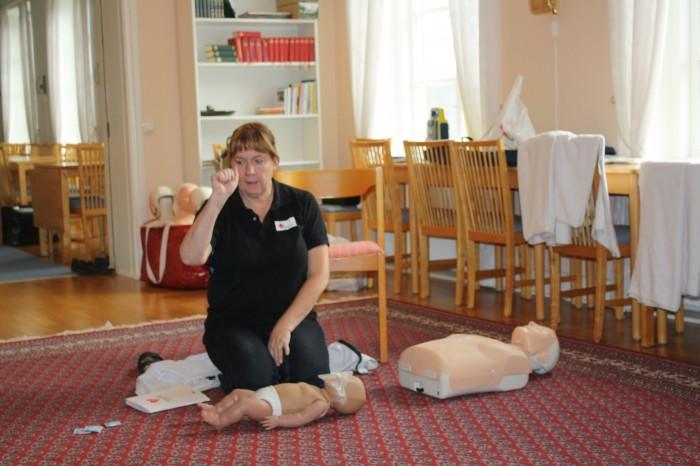 Margareta med övningsdockorna